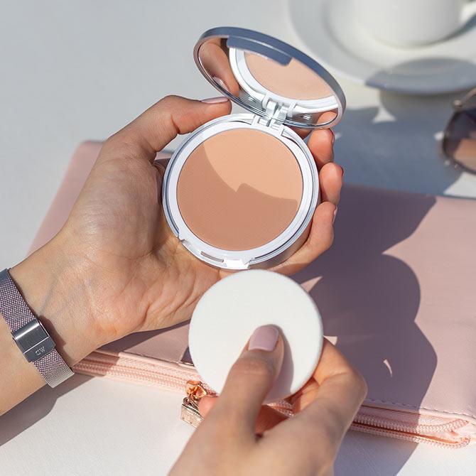 maquillaje con proteccion solar 50 Isdin Compact aplicacion