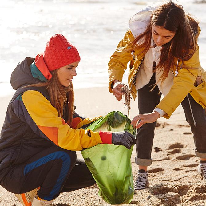 Ona Carbonell recogiendo plásticos de la playa