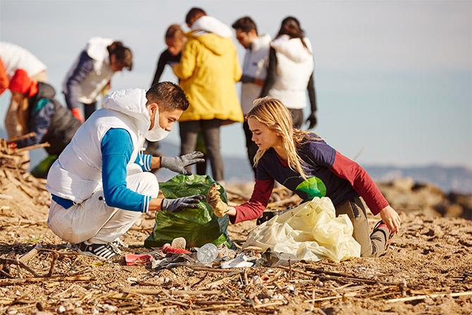 El equipo de ISDIN recogiendo plásticos de la playa