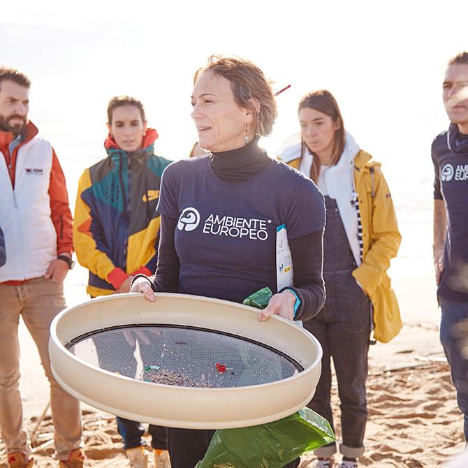 ISDIN recoge plásticos de la playa de Barcelona