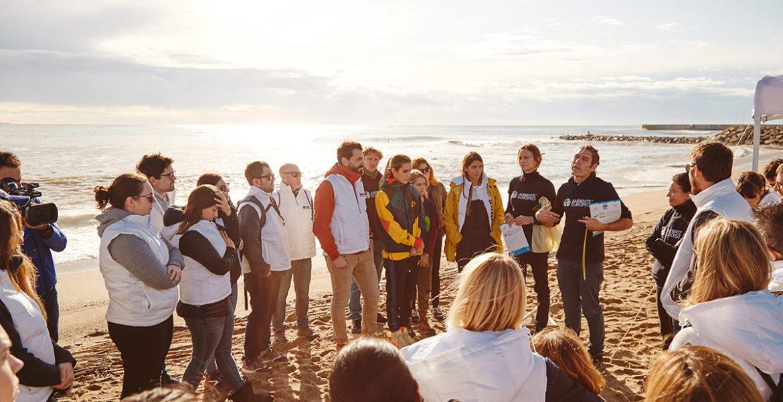Isdin limpia 100kg de la playa de Barcelona